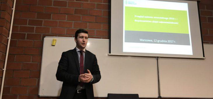 dr Antoni Kolek oraz dr Marcin Wojewódka poprowadzili wykład dla studentów Koła Naukowego Ubezpieczeń Społecznych i Gospodarczych WPiA UW
